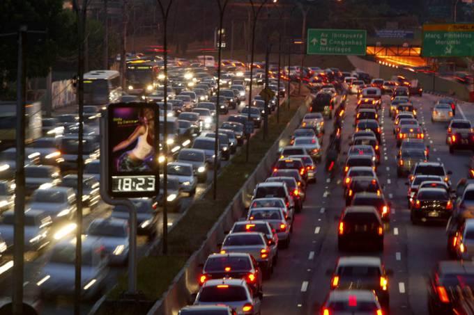 Paulistano passa, em média, 1 mês e meio no trânsito por ano